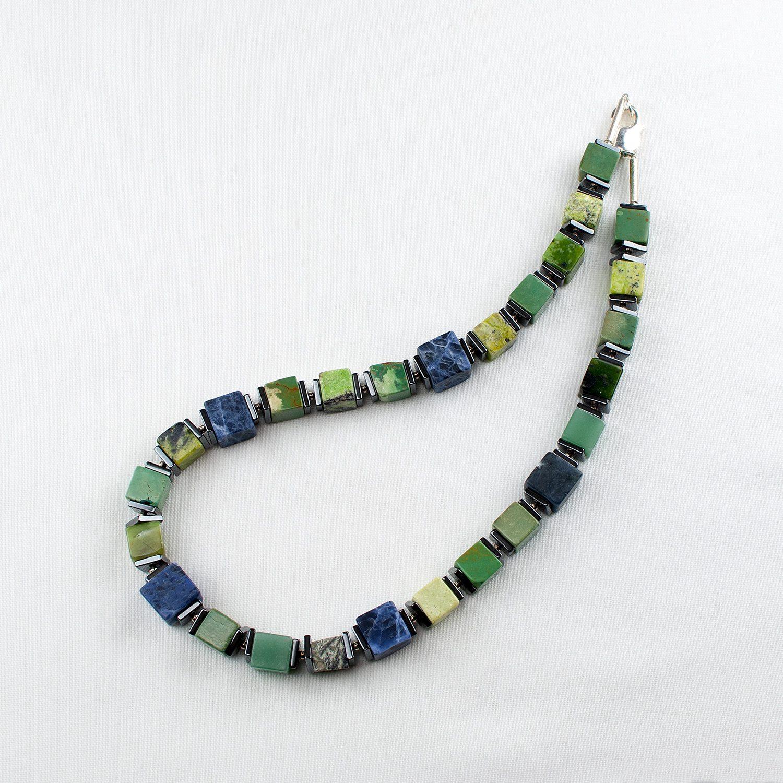 Würfelkette in Grün und Blau